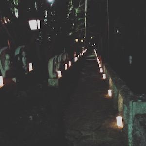 境内がほのかなロウソクの灯りに照らされて、幻想的な雰囲気です