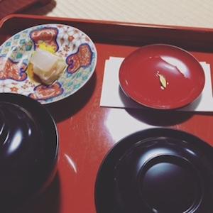 菊酒と白身のお刺身、お椀の中はみそ汁と炊きたての白いご飯です。