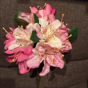 市の花「ツツジ」の造花でコサージュを作りました!