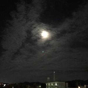 スーパームーンは見えなかったけど、次の日はこんな十六夜の月が見えた