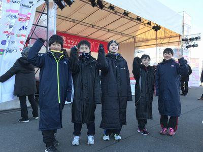 2kmコースを走る子供たちも続々と会場入りしています! 7:02 笑顔で「がんばるぞー!」とポーズを取ってくれました(^^)