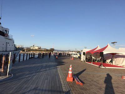 7:25 ランナーの皆さんをフラで応援するサブステージ。 反対側には海上保安庁のなつい。