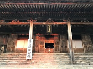 閼伽井嶽薬師常福寺の本堂、さらにその奥のご本尊に朝日が当たっています!