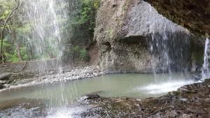 こちらが裏側から見た滝です