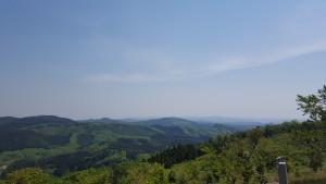 芝山に登ってきました(車で(笑))この方向約260kmぐらい先に富士山があるそうです。さて、見えるかしら?