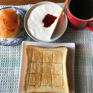 厚切りトースト(バター+ハチミツ)、ピンクグレープフルーツ、カスピ海ヨーグルト、イチゴのコンフィ、コーヒーというちょっとおしゃれな朝ご飯。