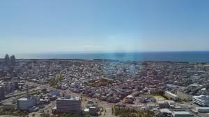 ガラス越しの新潟の風景。 日本海。遠くに見えるのは佐渡ヶ島かな??