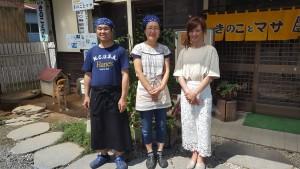 左が三和町きのことマサのオーナーマサさん。中央が奥様。右がアリエルさん🎵 左奥にいるのが看板犬ミルク 三和町に来た際にはぜひ訪れてみてください✨