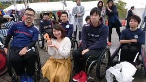 ウィルチェアラグビーの選手の皆さん。 向かって右の方が2016リオパラリンピック日本代表の三阪洋行コーチ、そして私の後ろの方が庄子 健選手。 獲得した銅メダルを持たせて頂きました! ウィルチェアラグビーはラグビーとはまた違った迫力がありました。