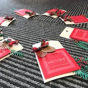 先日、クリスマスのカードを手作りしました!貼るだけでこんなに素敵に〜♪