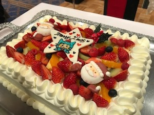 所属する団体のクリスマス例会。今年のケーキはこれ!立派でしょ?!真ん中に描かれているのは・・・!!!