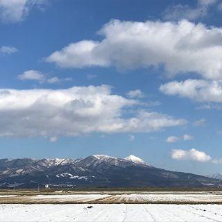 こちらはうちの実家から徒歩10分ほどの場所から見た磐梯山と雄国山。