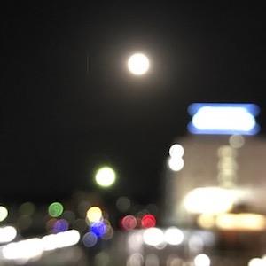 スーパーブルーブラッドムーンはご覧になりましたか?これは月の出間も無くの頃。スマホでうまくなんか撮れないっていう良い例ですw