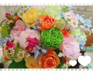 先日の披露宴でのテーブルフラワー。春になるとカラフルなお花もたくさん🌸 会場がとても華やかでした。 気持ちもルンルンになります♪ こういう色合い、大好きです(*^-^*)