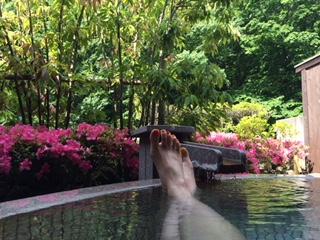 これは残念ながら日帰りじゃない温泉(汗)初夏の頃に行った某温泉の貸切露天風呂。気持ち良かった〜♪