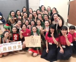 最優秀賞の湯本高校のみなさんと、高校生アナウンサーの3人と集合写真!