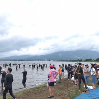 スタート直前、試泳のためにぞくぞくと水に入る参加者の皆さん。
