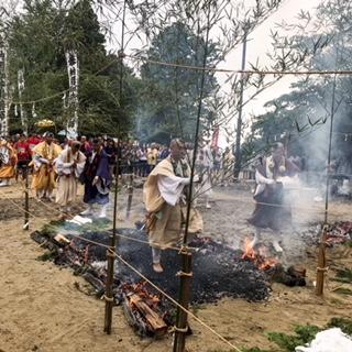 護摩壇が燃えてできた炭を敷き、火渡り行をする道を作ります。先頭の山伏さんに続き、一般参加者も渡っていくのです。