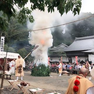 中央の護摩壇に火が放たれ、おおきな扇子で山伏さんが扇いでいるところです。