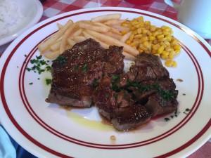 これはある日のタイムリー会議で食べたランチ。4人のパーソナリティ全員迷わず「肉」!