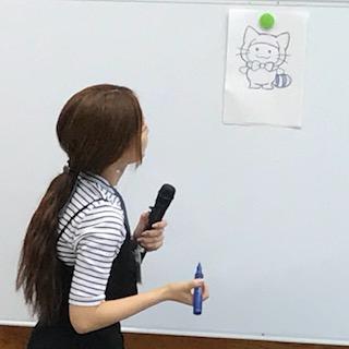 平のまち活性化キャラクターの「たいらもん」作者さん。この日は小学生を対象に、たいらもんの書き方や、アレンジしたたいらもんを披露してくれました。