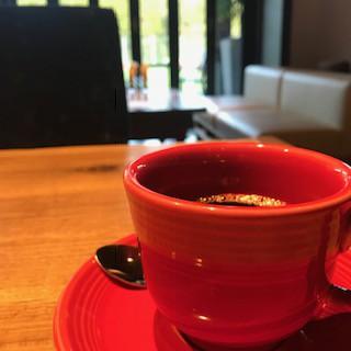 真っ赤なカップがますます美味しく感じられる。そして価格が驚異の39円!そんなあったかいコーヒーをいただきました。