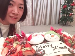 所属する団体のクリスマス例会にて。ご家族も参加するので、毎年子供達のために大きなクリスマスケーキを用意するんです。今年はサンタさん♪