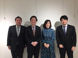 向かって左から、司法書士の木原雅裕さん・税理士の根本勝祐さん・SUGA・弁護士の佐藤剛志さん。