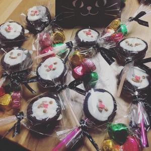 友チョコ作りしました。市販のお菓子をデコリ可愛くラッピングするのがトレンドみたいです。