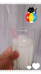 これはストロベリー味。中はストローになっていて、ストローの中につぶつぶが入っています。 これが牛乳を吸うと口に入るまでに牛乳と混ざって、口に入った瞬間イチゴ牛乳の風味が広がりますヽ(*´∀`)ノ