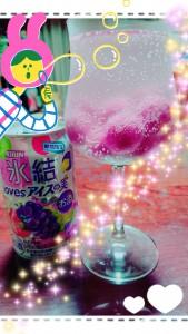 おもしろいチューハイを発見!アイスの実の味だそう。せっかくなのでアイスの実も買ってワイングラスに🍷 なんだかおしゃれな飲み物になりました(≧∇≦) でもアイスの実を入れないで飲んだ方がおいしかった(´・ω・`)