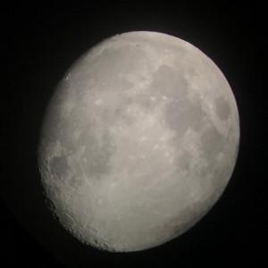 これは今年5月16日の月です。いわき駅前での観望会で、天体望遠鏡のレンズにスマホをくっつけて撮影しました!月齢は11.2です。