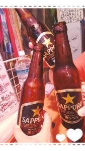 東京へは仕事・・・ではなく、遊びに行きました~(≧▽≦) 仕事仲間でアメ横へ♪ ここは立ち飲みのお店。古館伊知郎さんのサインやらテレビ番組のシールやら、何かと取り上げられている話題のお店❣ このお店ではビールはラッパ飲みだそうです(;´∀`)