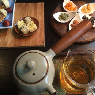 これは台湾を訪れたときにいただいた中国茶。ナッツやドライフルーツ、甘いお菓子と中国茶。合う!