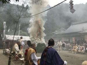 今年はよく燃えた・・・煙かった(^^;; 火の粉も灰もいろいろ飛んできた!