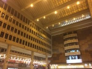 これは台北駅の構内です。吹き抜けでやたら大きいホールがあります。天井もとても高い!床に直に座って休んでいる人が多いんですよ。