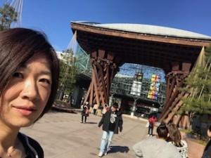 これは昨年3月の写真です。金沢駅前でパチリ。車で行ったので・・・新幹線には乗っていない(汗)