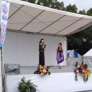 午前中の雨が嘘のよう!ジリジリとした太陽が照りつける中でサブスージも盛り上がり! カヴァイオハのKAYOKO先生は、フラを踊って教えて、さらにイプヘケで伴奏してチャントも歌う・・・尊敬!