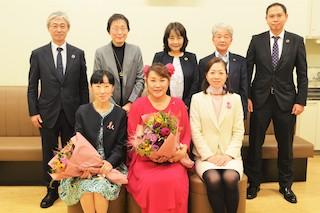 山田邦子さん、そして医師の土井卓子さんと。後ろはパルシステム共済連のみなさんです。