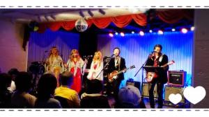 そして、これは先日Queenで開催されたクリスマスライブ🎵 この写真はLOVE&PEACE 通称ラブピのみなさんたち💓 ビートルズナンバーにクリスマスソング大合唱ととても楽しいひとときでした(*^-^*)