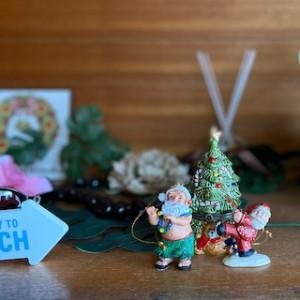 先週のテーマ「クリスマスの準備」。ようやくですが我が家でも・・・。ちっちゃいツリーと定番サンタさん&アロハなサンタさん。