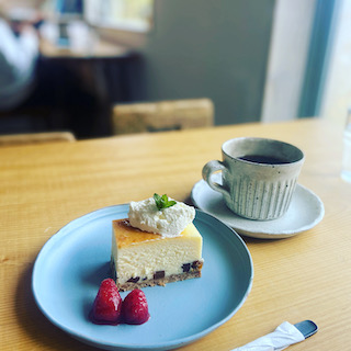 ベイクドチーズケーキとお店オリジナルブレンドのコーヒー。定番ですよね!