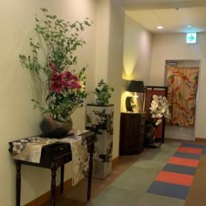 ロビーも廊下もお部屋の中も、いたるところに生のお花が飾られています。癒し効果抜群!