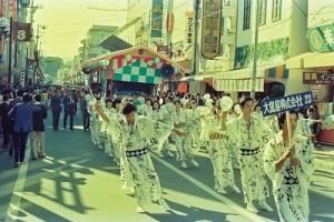 昭和56年10月 平本町通りでのいわきおどり。揃いの浴衣で踊る企業チーム。