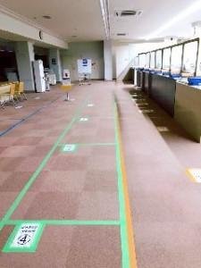 学生同士の接触を避けるための動線。 一方通行になっています。