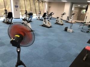 こちらは2階の臨時トレーニングルーム。広々したレイアウト+大型扇風機で室内の空気も循環。