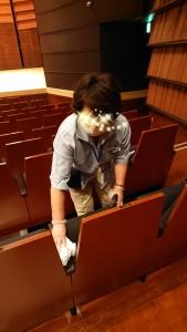 一回ホール(劇場)を使うごとに全席の消毒を行います。