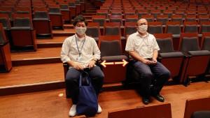 公演は主催団体によって異なりますが、最低1席は空けて座って、密防止!