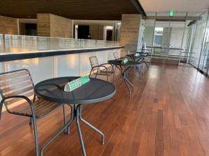 イベントや公演以外でも普段から市民の方が利用し、愛されています。 今は椅子を減らしてコロナ対策。