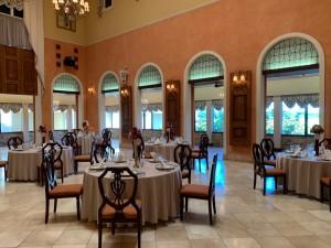 会場内は定期的な喚起のほかに、テーブル数を減らし、さらに一つのテーブルに対してのお客様の人数も減らして距離を保ちます。
